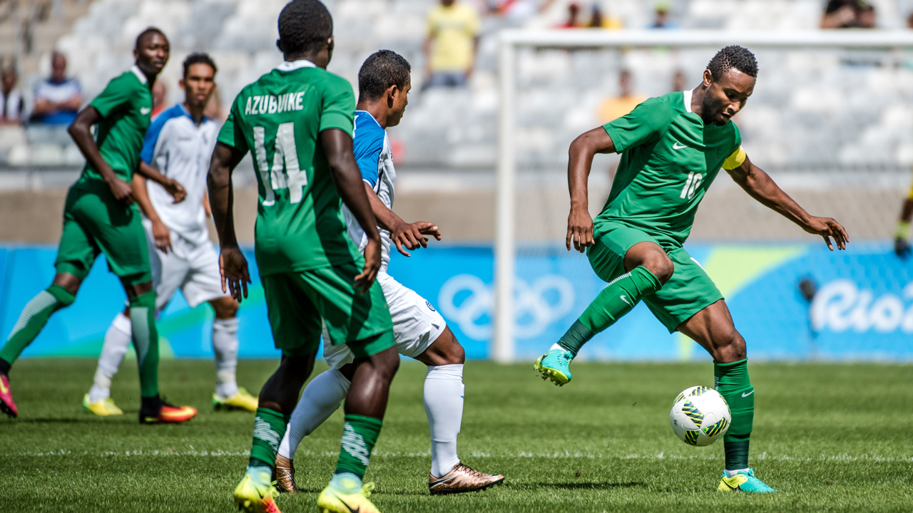 Nigeria's John Obi Mikel (R) controls the ball during the Rio 2016 Olympic Games men's bronze medal football match against Honduras at the Mineirao stadium in Belo Horizonte, Brazil, on August 20, 2016.  GUSTAVO ANDRADE / AFP