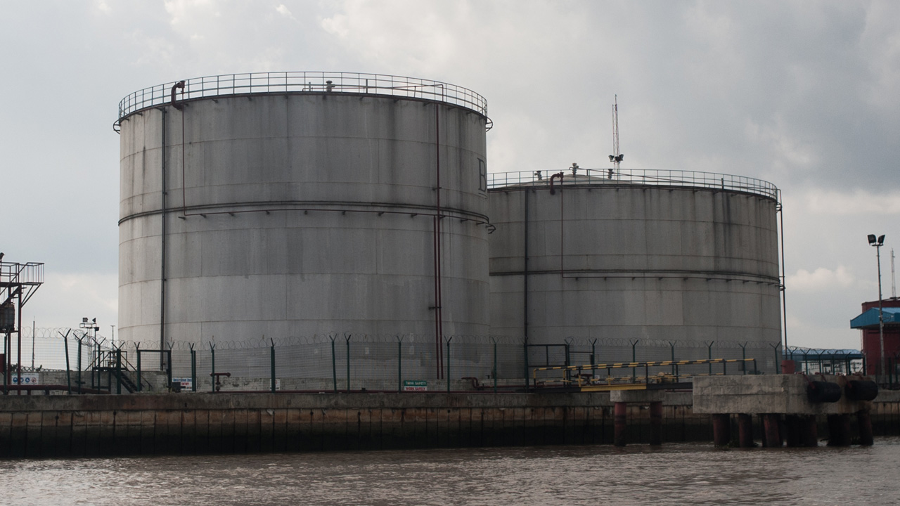 A fuel storage facility in Warri, Delta State, the oil rich Delta region in Nigeria. / AFP PHOTO / STEFAN HEUNIS