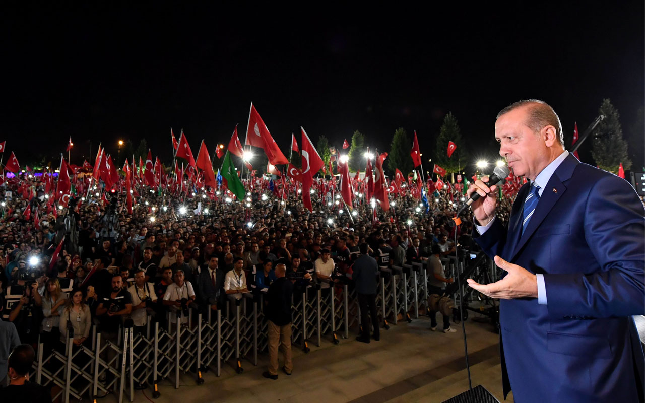 Turkish President Recep Tayyip Erdogan addresses people gathered at the Presidential Complex to protest the July 15th failed military coup attempt in Ankara, Turkey on August 10, 2016. / AFP PHOTO / AFP PHOTO AND PRESIDENTIAL PRESS SERVICE / ADEM ALTAN