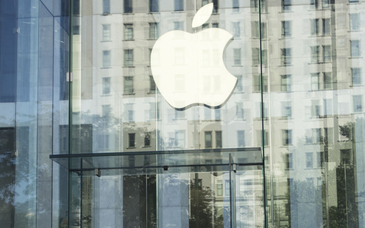 (FILES) This file photo taken on September 14, 2016 shows the Apple logo at the entrance to the Fifth Ave. Apple store September 14, 2016 in New York. Apple shares gave back some of last week's gains September 19, 2016, pushing the Nasdaq into negative territory as the broader market treaded water ahead of a Federal Reserve meeting. Apple fell 1.3 percent, retreating for the second session in a row after surging more than 12 percent just ahead of the launch of the latest iPhones. / AFP PHOTO / Don EMMERT