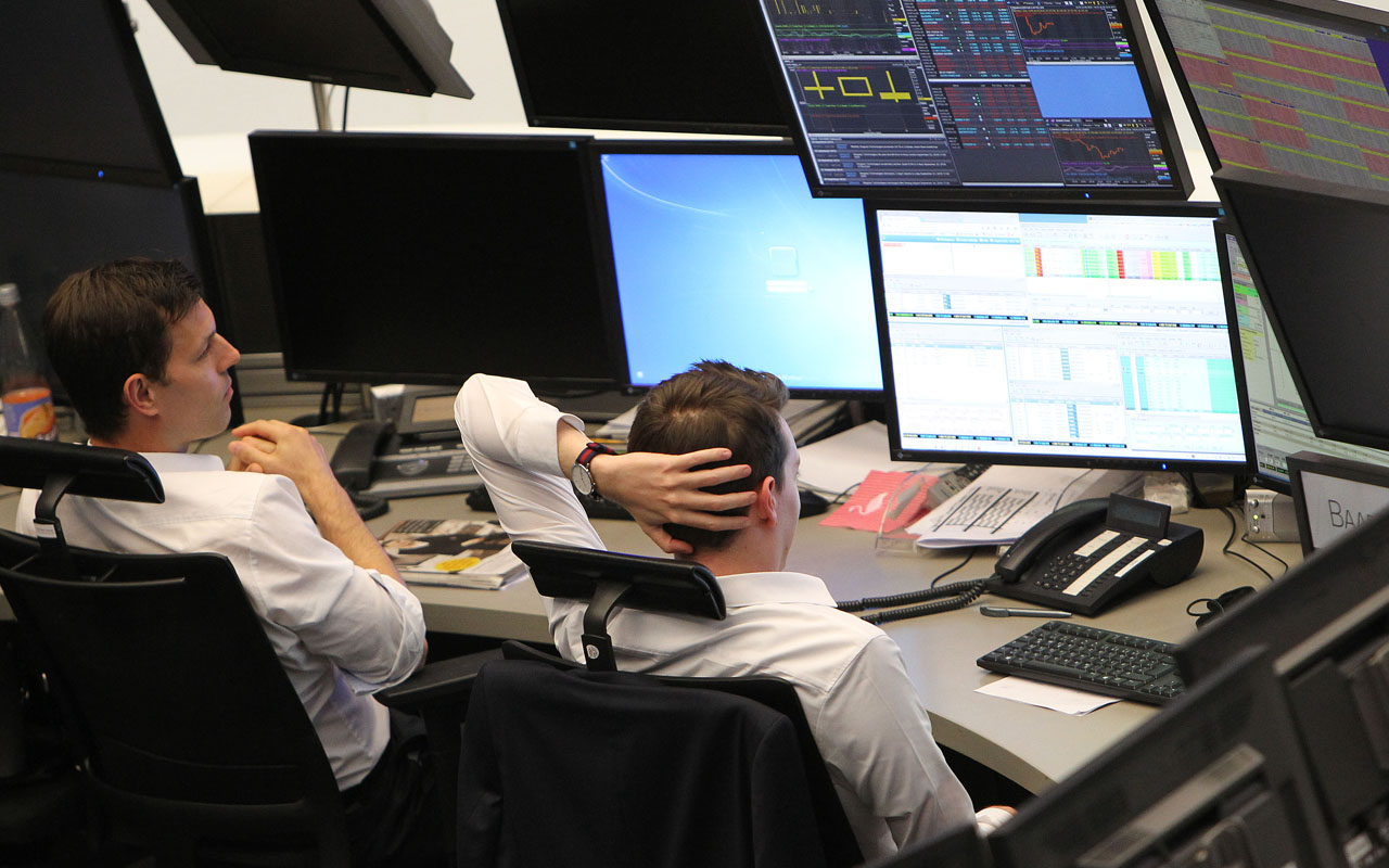 Brokers are pictured at the stock exchange in Frankfurt, Germany / AFP PHOTO / DANIEL ROLAND /