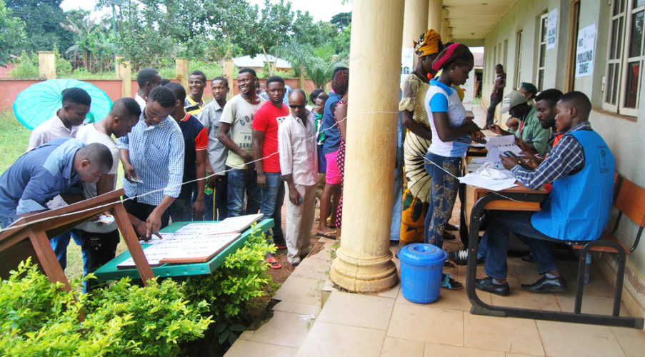 VOTERS QUEUE AT IGUODODO PRIMARY SCHOOL IN ORHIONMUON LOCAL GOVERNMENT AREA DURING THE 2016 GOVERNORSHIP ELECTION IN EDO ON WEDNESDAY (28/9/16). 7182/28/6/2016/CHIDI OHALETE/BJO/NAN