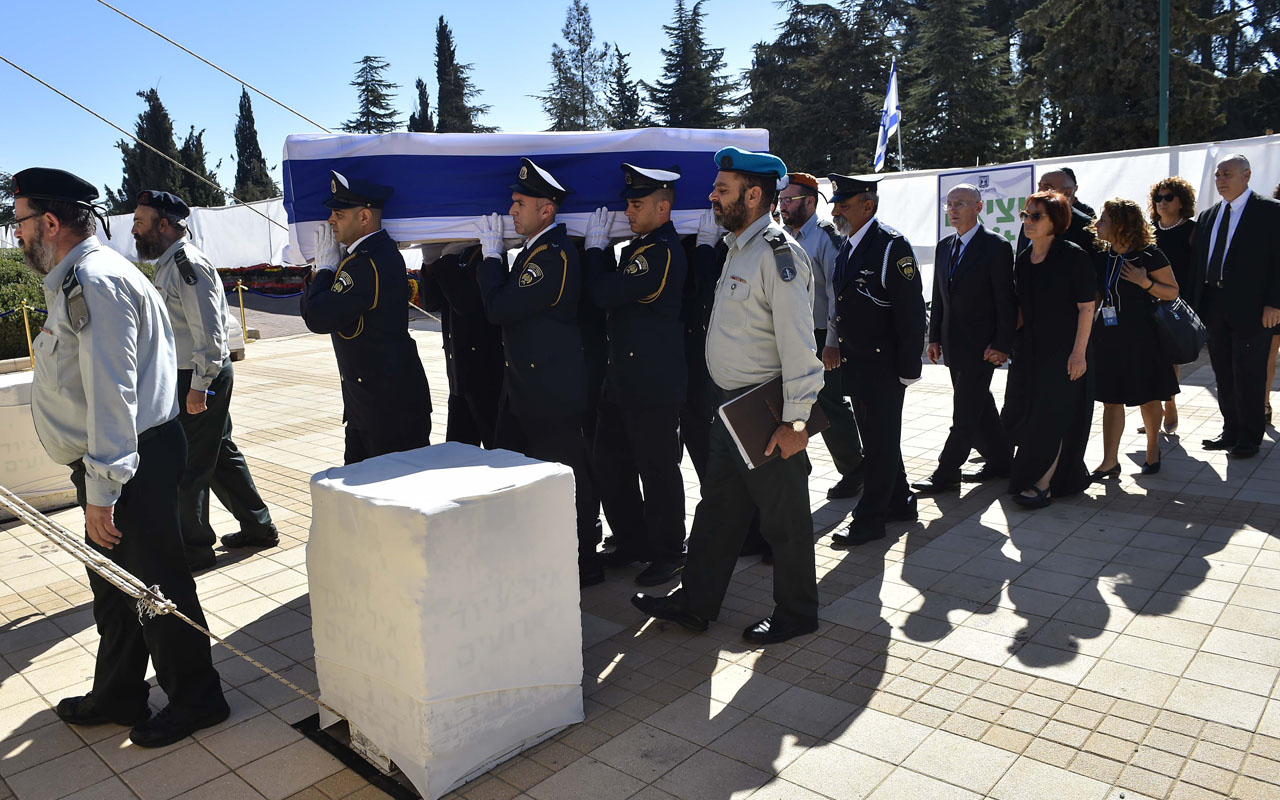 The coffin of former Israeli president and prime minister Shimon Peres is carried during his funeral on September 30, 2016, at Jerusalem's Mount Herzl national cemetery. World leaders bid farewell to Israeli elder statesman and Nobel Peace laureate Shimon Peres at his funeral in Jerusalem, with US President Barack Obama hailing him as a giant of the 20th century. / AFP PHOTO / NICHOLAS KAMM