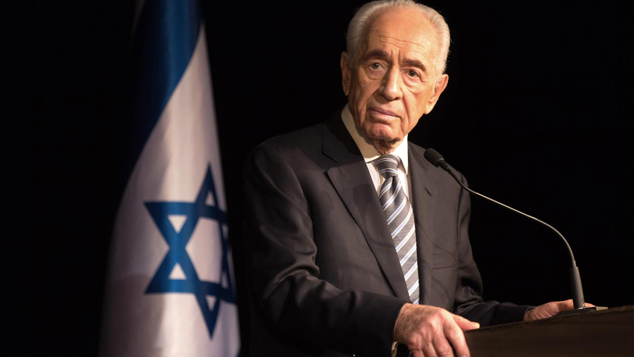 (FILES) This file photo taken on July 6, 2014 shows Israeli President Shimon Peres speaking to members of the Foreign Press Association during a visit in the southern Israeli town of Sderot, following the recent Palestinian rocket attacks on the city. Israeli ex-president and Nobel Peace Prize winner Shimon Peres died on September 28, 2016, his personal doctor told AFP, some two weeks after suffering a major stroke. PHOTO: MENAHEM KAHANA / AFP