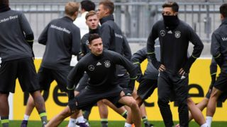 Germany´s football team players warm up during a training session in Hamburg, Germany on October 06, 2016 prior to the WC 2018 football qualification match between Germany and Czech Republik in Hamburg on October 08, 2016.  PATRIK STOLLARZ / AFP