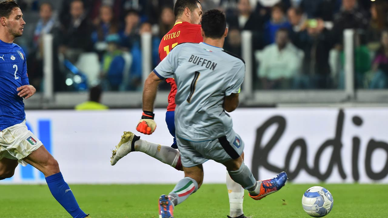 Spain's midfielder Vitolo (R) beats Italy's goalkeeper Gianluigi Buffon and scores during the WC 2018 football qualification match between Italy and Spain on October 6, 2016 at the Juventus stadium in Turin GIUSEPPE CACACE / AFP