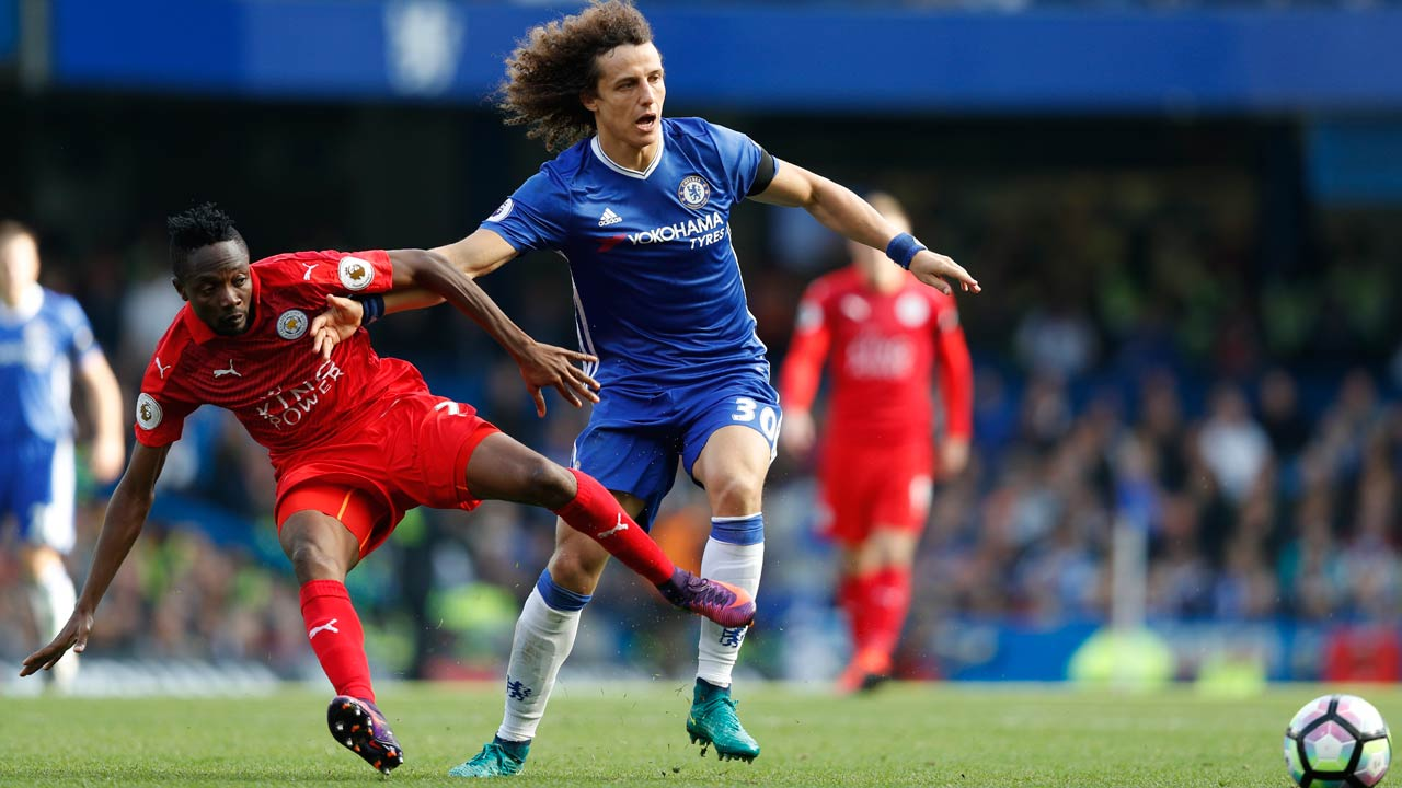 Chelsea's Brazilian defender David Luiz (R) vies with Leicester City's Nigerian midfielder Ahmed Musa during the English Premier League football match between Chelsea and Leicester City at Stamford Bridge in London on October 15, 2016.  Adrian DENNIS / AFP