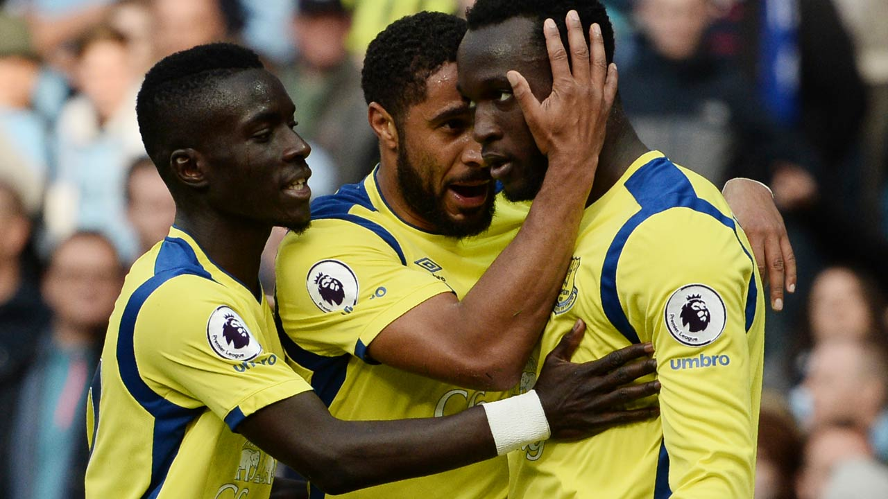 Everton's Belgian striker Romelu Lukaku (R) celebrates with Everton's English-born Welsh defender Ashley Williams (C) after scoring during the English Premier League football match between Manchester City and Everton at the Etihad Stadium in Manchester, north west England, on October 15, 2016.  OLI SCARFF / AFP