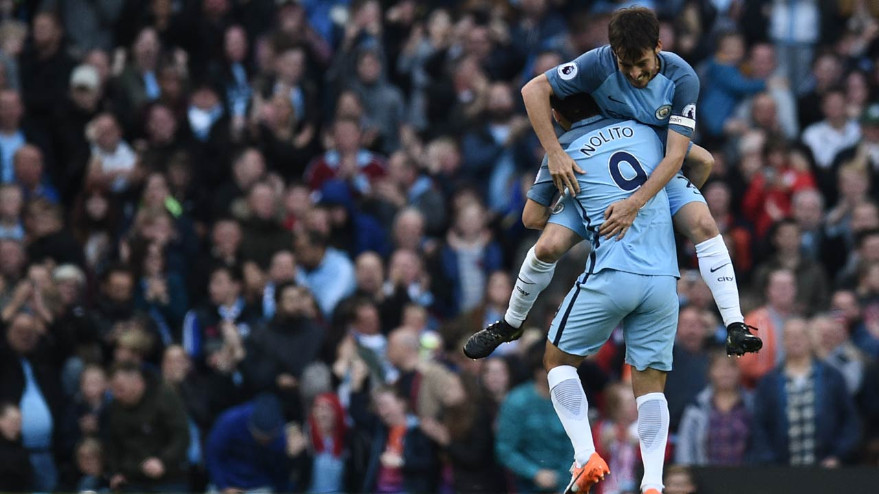 Manchester City's Spanish midfielder Nolito (R) celebrates with Manchester City's Spanish midfielder David Silva after scoring during the English Premier League football match between Manchester City and Everton at the Etihad Stadium in Manchester, north west England, on October 15, 2016.  OLI SCARFF / AFP