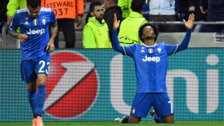 Juventus' Colombian forward Juan Cuadrado (R) celebrates after scoring a goal during the Champions League football match between Olympique Lyonnais and Juventus on October 18, 2016 at the Parc Olympique Lyonnais stadium in Decines-Charpieu near Lyon, southeastern France.  PHILIPPE DESMAZES / AFP