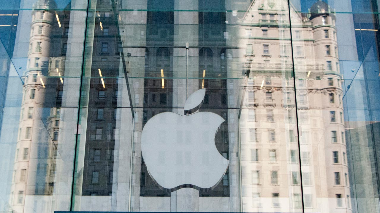 Apple logo on the Apple store on 5th Avenue in New York / DON EMMERT / AFP