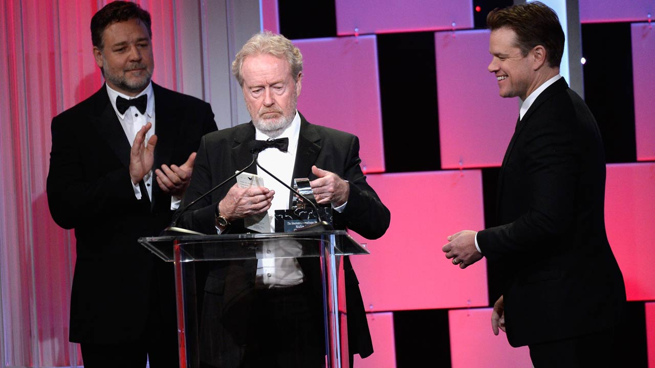 BEVERLY HILLS, CA - OCTOBER 14: Honoree Sir Ridley Scott (C) accepts the American Cinematheque Award from actors Russell Crowe and Matt Damon onstage at the 30th Annual American Cinematheque Awards Gala at The Beverly Hilton Hotel on October 14, 2016 in Beverly Hills, California. Kevork Djansezian/Getty Images/AFP KEVORK DJANSEZIAN / GETTY IMAGES NORTH AMERICA / AFP