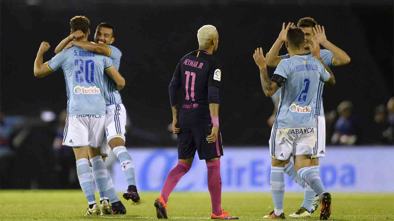 Celta Vigo's players celebrate after scoring their second goal during the Spanish League football match RC Celta de Vigo vs FC Barcelona at the Balaidos stadium in Vigo, on October 2, 2016. / AFP PHOTO / MIGUEL RIOPA