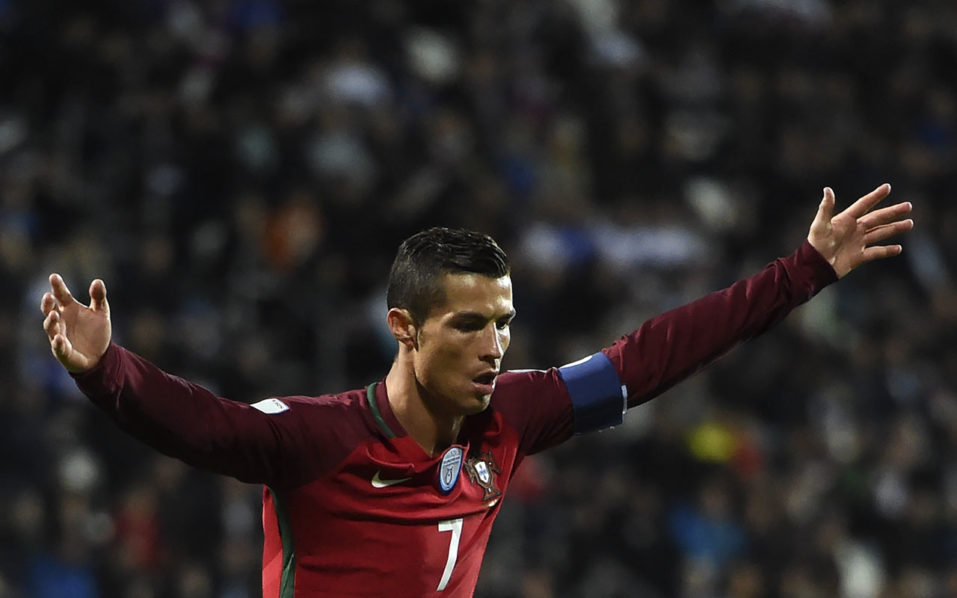 Portugal's Cristiano Ronaldo celebrates after scoring a goal during the WC 2018 football qualification match between Faroe Islands and Portugal in Torshavn on October 10, 2016. / AFP PHOTO / FRANCISCO LEONG