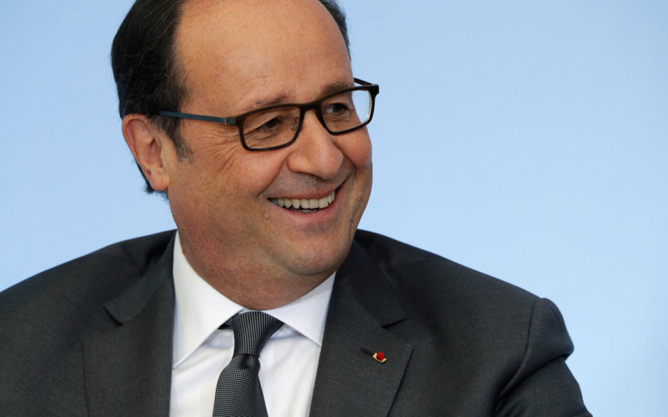 French President Francois Hollande smiles during a ceremony for the start of the week of the retired and elderly people at the Elysee presidential Palace on October 4, 2016 in Paris.  / AFP PHOTO / POOL / PHILIPPE WOJAZER