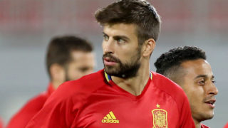 Spain's defender Gerard Pique (C), midfielder Thiago (2nd R) and defender Inigo Martinez (R) attend a training session at Loro Boici Stadium in Shkoder on October 8, 2016, on the eve of their FIFA World Cup 2018 qualifying football match against Albania.  / AFP PHOTO / GENT SHKULLAKU