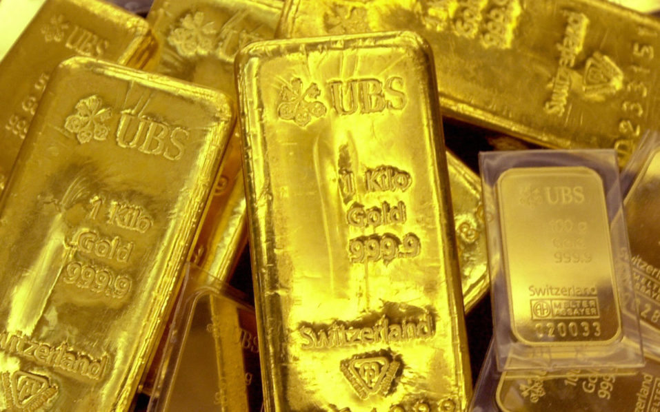 SEOUL, REPUBLIC OF KOREA:  Gold bars are displayed at Shinhan Bank PHOTO: JUNG YEON-JE/AFP/Getty Images)