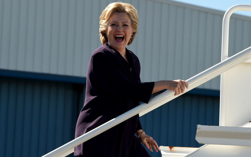 Democrat presidential nominee Hillary Clinton boards her campaign plane in White Plains, New York October 10,2016 as she departs for a campaign event in Detroit, Michigan. / AFP PHOTO / TIMOTHY A. CLARY
