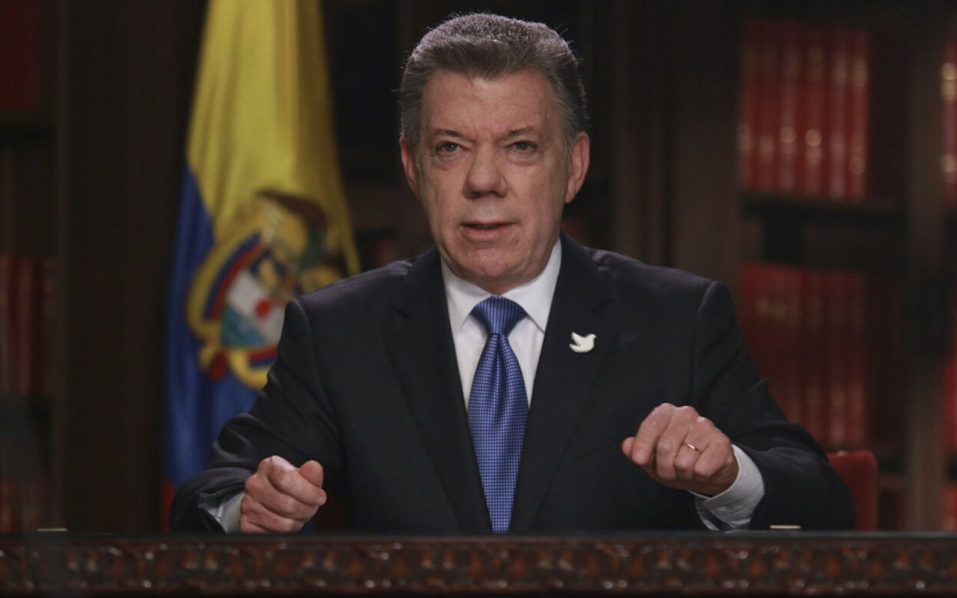Handout picture released by Colombia's Presidency showing Colombian President Juan Manuel Santos on October 10, 2016 in Bogota, announcing the start of the of peace negotiations with the National Liberation Army (ELN) next October 27 in Quito, Ecuador. / AFP PHOTO / PRESIDENCIA COLOMBIA / HO /