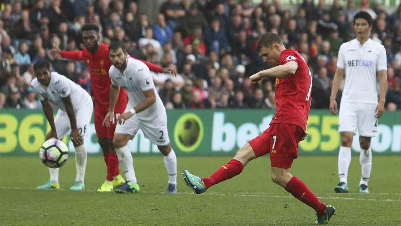 Liverpool's English midfielder James Milner (2R) scores their second goal from the penalty spot to take the lead 1-2 during the English Premier League football match between Swansea City and Liverpool at The Liberty Stadium in Swansea, south Wales on October 1, 2016. / AFP PHOTO / Geoff CADDICK / RESTRICTED TO EDITORIAL USE. No use with unauthorized audio, video, data, fixture lists, club/league logos or 'live' services. Online in-match use limited to 75 images, no video emulation. No use in betting, games or single club/league/player publications. /
