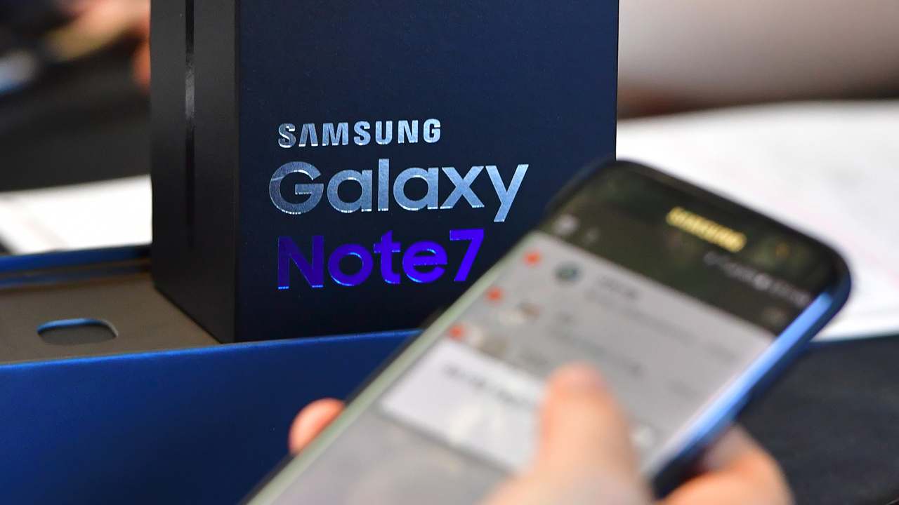 (FILES) A file photo taken on September 19, 2016 shows a Samsung Galaxy Note7 smartphone at a telecommunications shop in Seoul. Samsung Electronics has suspended production of its Galaxy Note 7 smartphone, a report said October 10, a month after a recall prompted by battery explosions and a day after two major overseas distributors halted replacements. / AFP PHOTO / JUNG YEON-JE