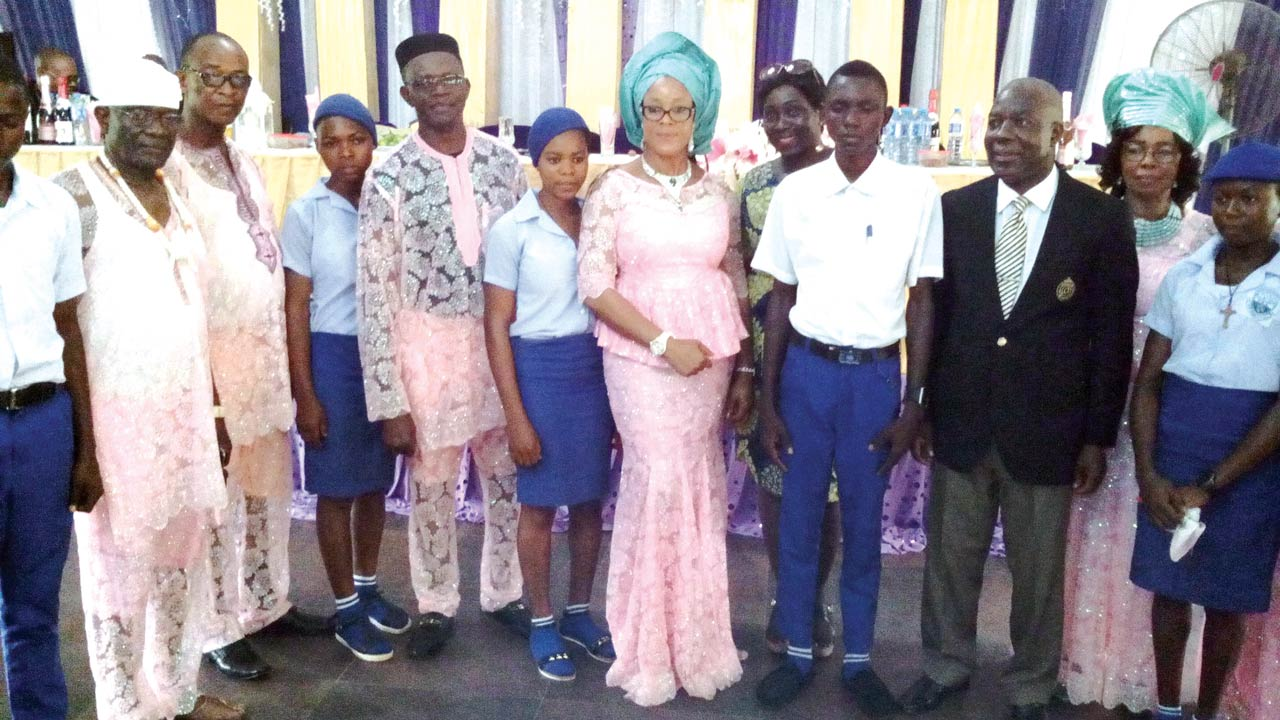 Imo House of Assembly member and daughter of Late Louis Eko Okeke,Ambassador Uju Onwudiwe (middle); flanked by chairman of the event, Air Commodore Chiemeka Ozoemene (rtd), (3rd right) and beneficiaries of the scholarship awards.