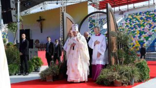 """This handout picture released by the Vatican press office shows Pope Francis during a mass at the Mikheil Meskhi stadium on October 1, 2016 in Tbilisi as part of his trip to Georgia and Azerbaijan.  / AFP PHOTO / OSSERVATORE ROMANO / HO / RESTRICTED TO EDITORIAL USE - MANDATORY CREDIT """"AFP PHOTO / OSSERVATORE ROMANO"""" - NO MARKETING NO ADVERTISING CAMPAIGNS - DISTRIBUTED AS A SERVICE TO CLIENTS"""