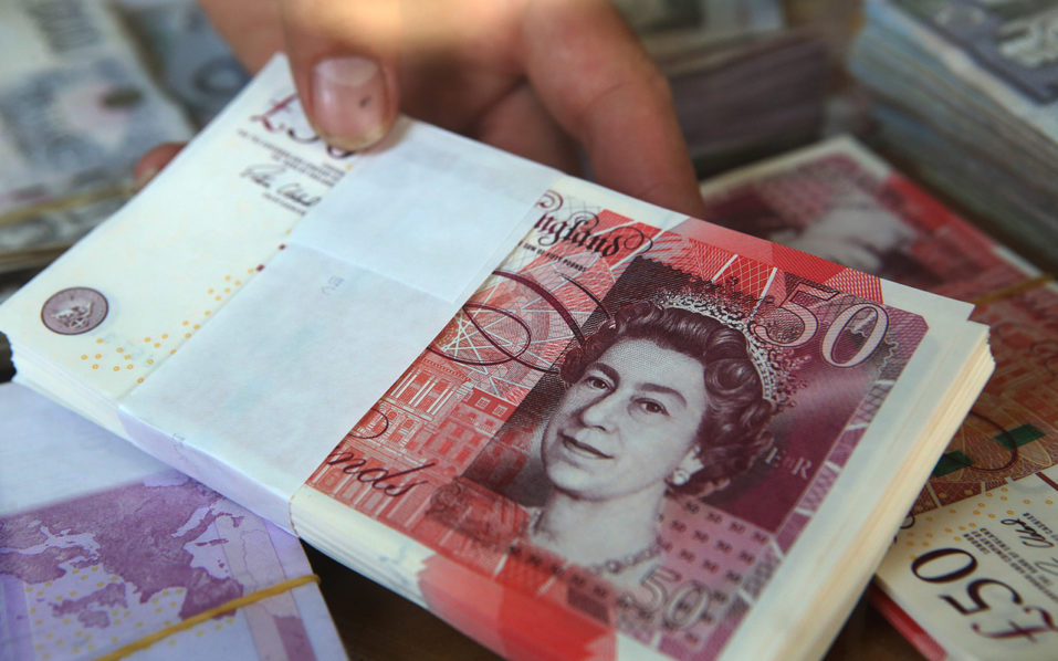 British Pound banknotes at a money exchange shop. The pound plunged more than six percent to a fresh 31-year low against the dollar on October 7, 2016, its latest slump after Britain firmed up details on the timing of its exit from the European Union.  / AFP PHOTO / YASSER AL-ZAYYAT