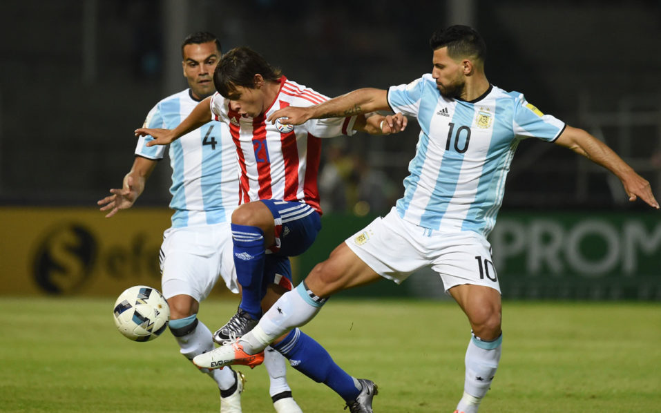 Paraguay's Oscar Romero and Argentina's Sergio Aguero and Gabriel Mercado vie for the ball during their Russia 2018 World Cup football qualifier match in Cordoba, Argentina, on October 11, 2016. / AFP PHOTO / EITAN ABRAMOVICH