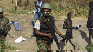 Peacekeeper troops from Ethiopia deployed by the United Nations Mission in South Sudan (UNMISS), patrol on foot outside the premises of the UN Protection of Civilians (PoC) site in Juba, South Sudan / AFP PHOTO / ALBERT GONZALEZ FARRAN