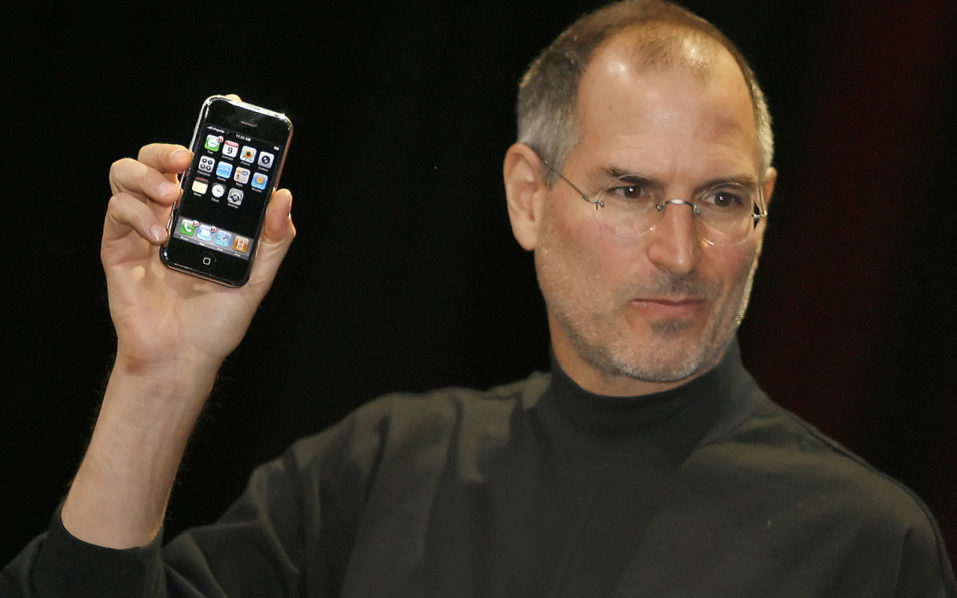 "Former Apple chief executive Steve Jobs unveiling a new mobile phone that can also be used as a digital music player and a camera, a long-anticipated device dubbed an ""iPhone."" at the Macworld Conference 09 January 2007 in San Francisco, California. The ""iPhone"" will be ultra-slim -- less than half-an-inch (1,3 centimeters) thick -- boasting a phone, Internet capability and an MP3 player as well as featuring a two megapixel digital camera, Jobs said. / AFP PHOTO / TONY AVELAR"