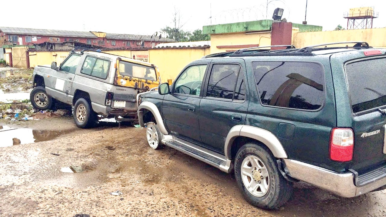 A vehicle chained to a towing van PHOTO:INFORMATIONNG.COM
