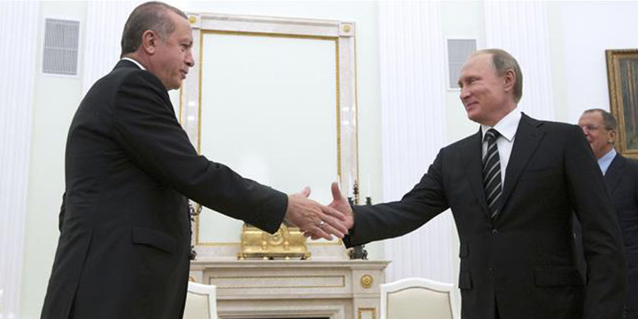 Russian President Vladimir Putin (R) approaches to shake hands with his Turkish counterpart Recep Tayyip Erdogan during a meeting at the Kremlin in Moscow on September 23, 2015. PHOTO:AFP