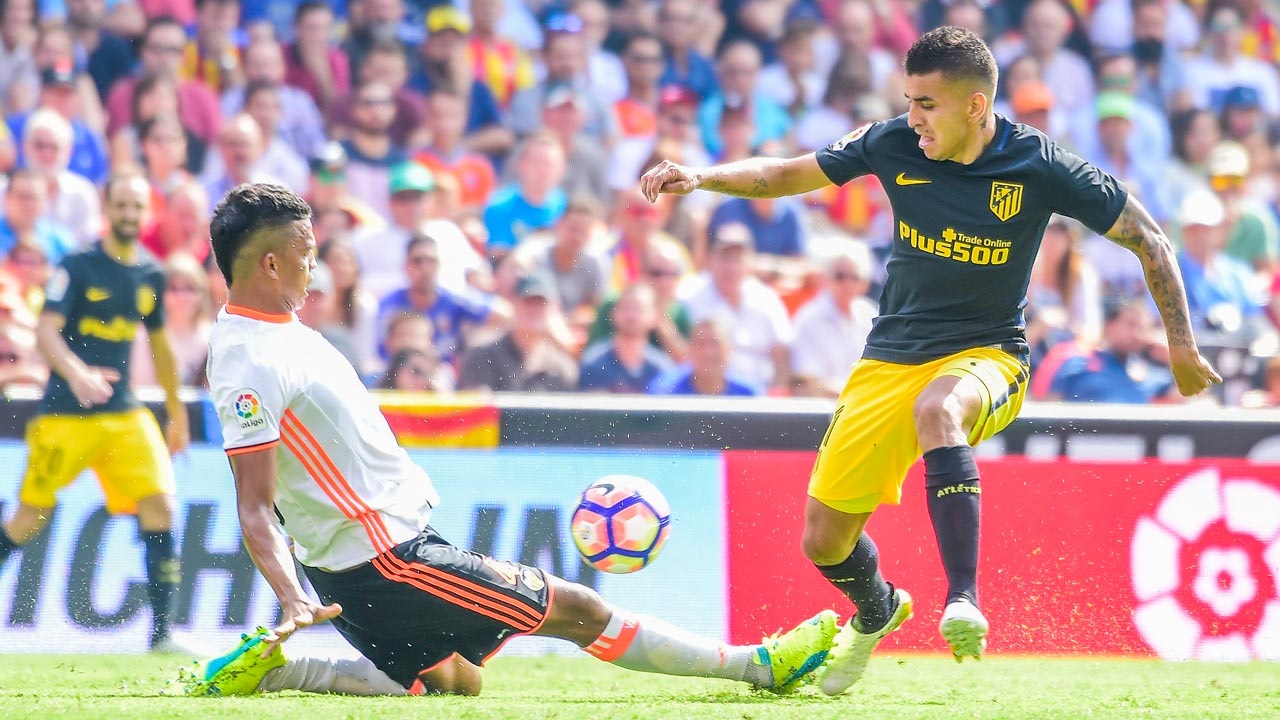 Valencia's Brazilian defender Aderlan Leandro de Jesus Santos (L) vies with Atletico Madrid's Argentinian midfielder Angel Correa during the Spanish league football match Valencia FC vs Club Atletico de Madrid at Mestalla stadium in Valencia on October 2, 2016 JOSE JORDAN / AFP