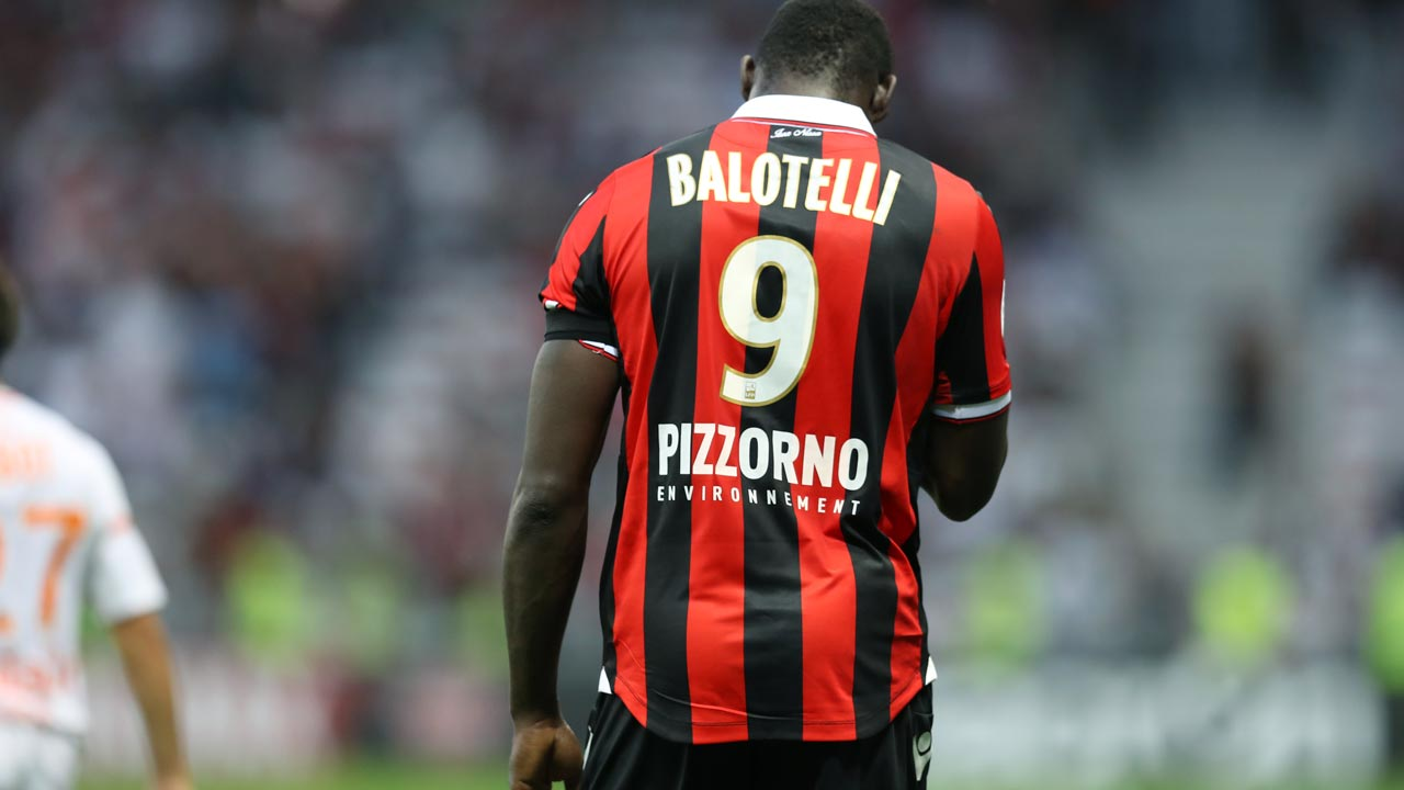 "Nice's Italian forward Mario Balotelli leaves the pitch after receiving a red card for taking off his jersey during the French L1 football match Nice (OGCN) vs Lorient (FCL) on October 2, 2016 at the ""Allianz Riviera"" stadium in Nice, southeastern France. VALERY HACHE / AFP"