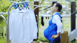 This video grab taken from footage released by Kyushu-Yamaguchi Work Life Balance Promotion Campaign on October 3, 2016 shows the governor of Yamaguchi prefecture, Tsugumasa Muraoka, taking a break while cleaning clothes with a pregnancy vest. A group of male Japanese politicians is strapping on pregnancy vests in call for men to pick up the slack in a nation where almost all of the housework is left to women. / AFP PHOTO / KYUSHU-YAMAGUCHI WORK LIFE BALANCE PROMOTION CAMPAIGN / STR /