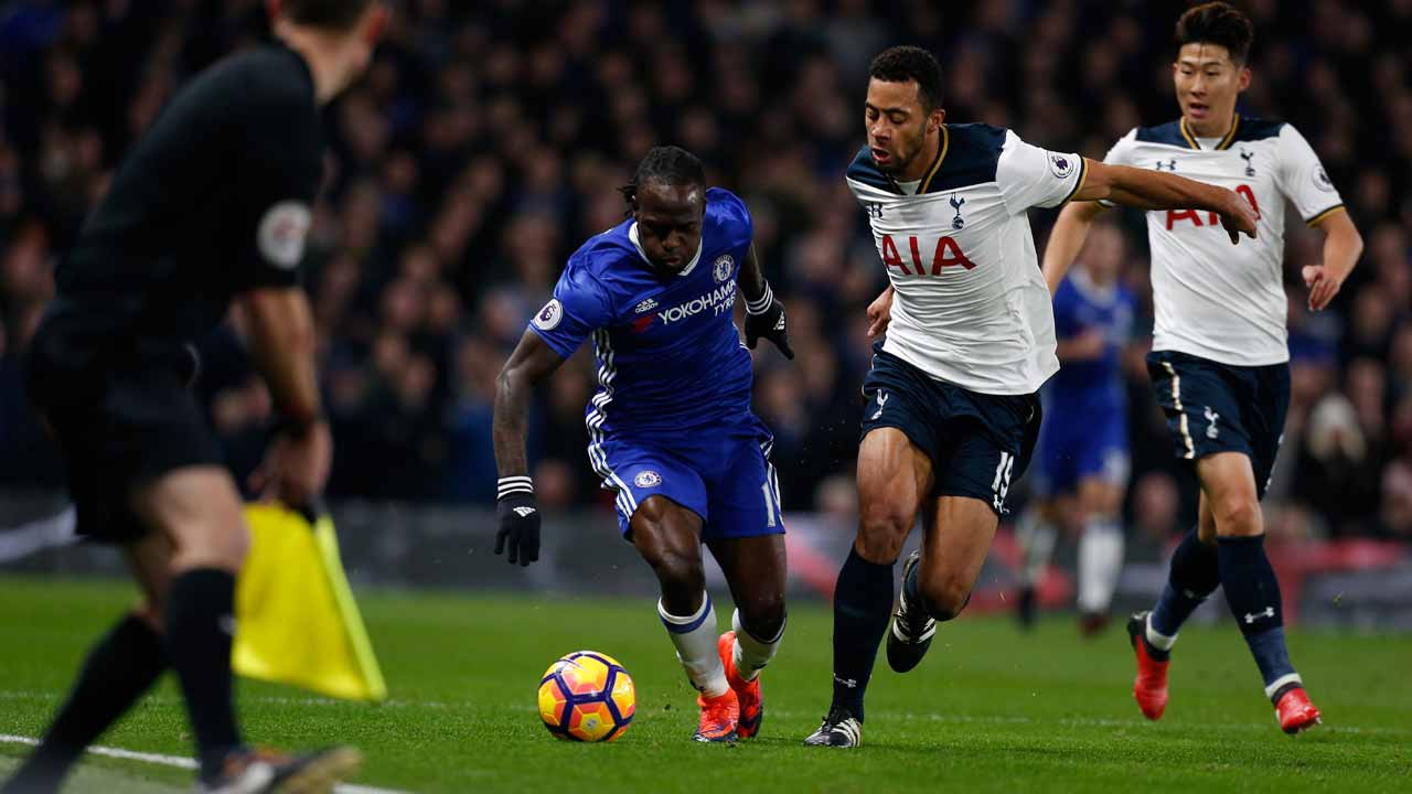 Chelsea's Nigerian midfielder Victor Moses (L) is chased by Tottenham Hotspur's Belgian midfielder Mousa Dembele (2L) and Tottenham Hotspur's South Korean striker Son Heung-Min (R) during the English Premier League football match between Chelsea and Tottenham Hotspur at Stamford Bridge in London on November 26, 2016. Ian KINGTON / AFP