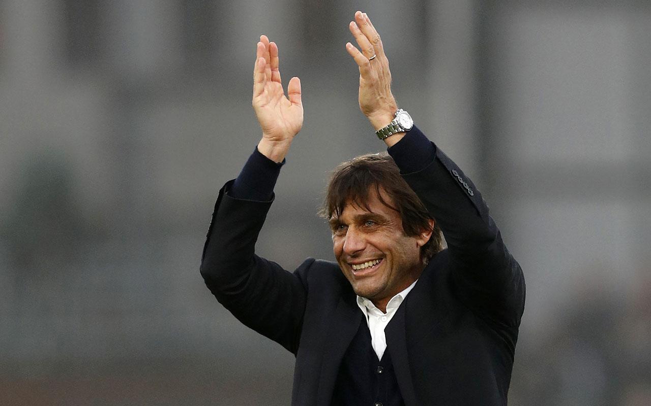 Chelsea's Italian head coach Antonio Conte / AFP PHOTO / Adrian DENNIS /