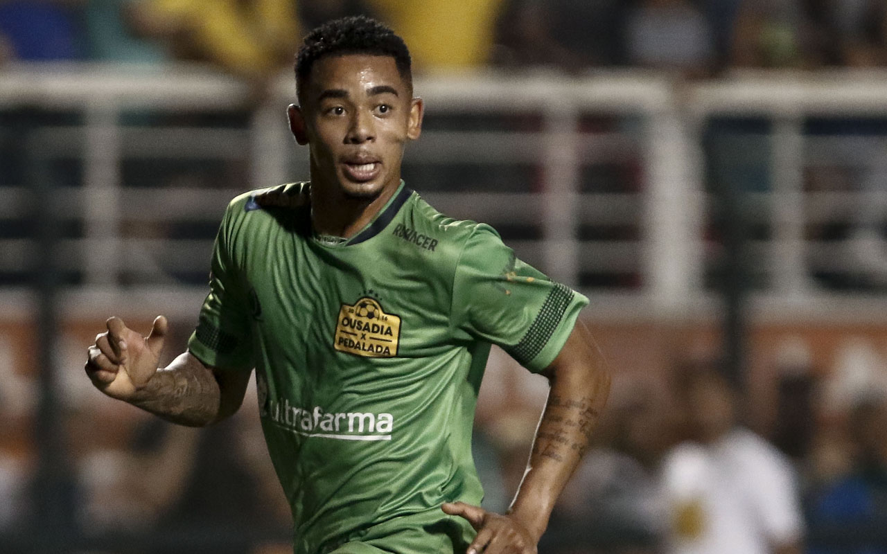 Brazil's Gabriel Jesus of the England team Manchester City runs during the charity football match Ousadia vs Pedalada at Pacaembu stadium in Sao Paulo, on December 22, 2016. Donations in tribute to the victims of the November 28, 2016 Colombia plane crash that killed nearly the entire Brazilian Chapecoense football team will go to the Neymar Jr. Project Institute in Praia Grande, São Paulo. / AFP PHOTO / Miguel SCHINCARIOL