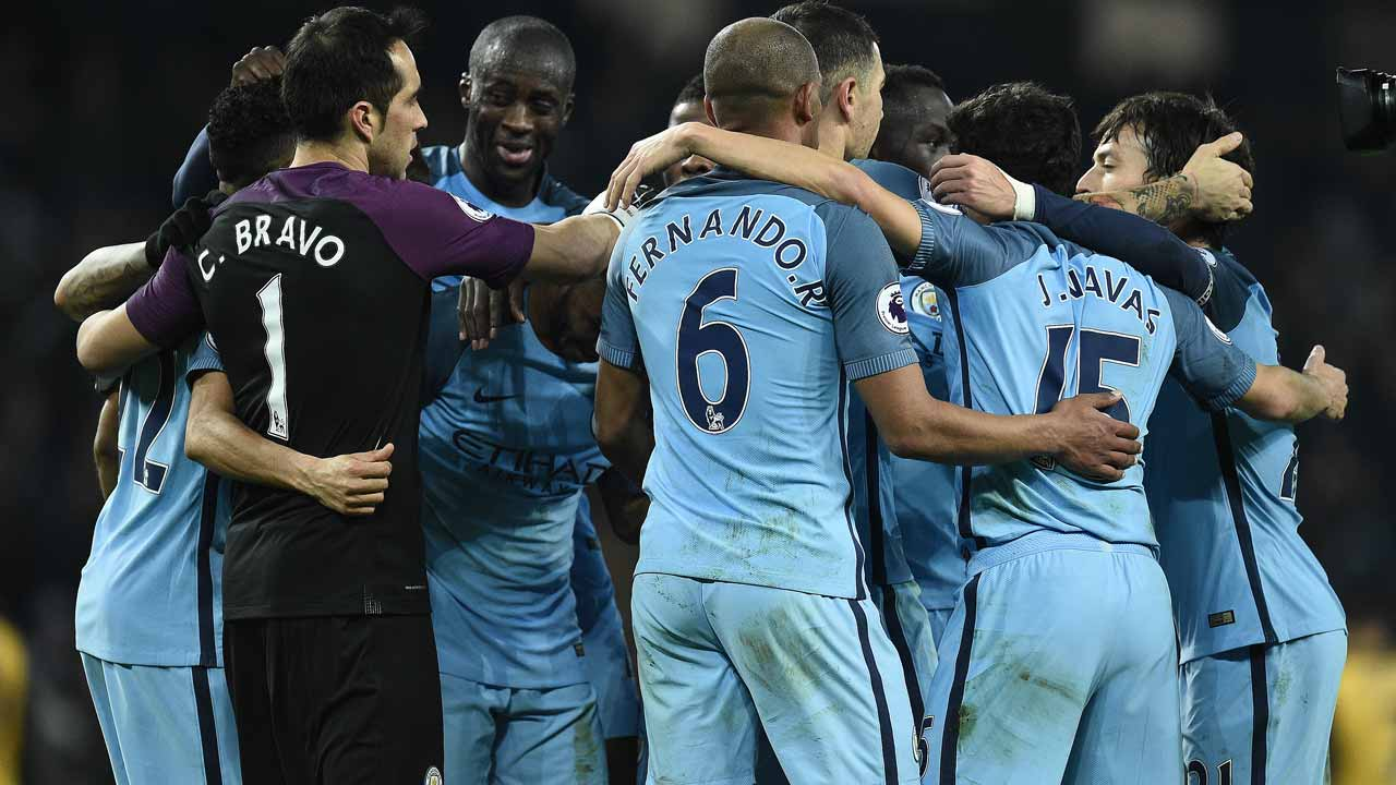 Manchester City's Ivorian midfielder Yaya Toure celebrates with teammates following the English Premier League football match between Manchester City and Arsenal at the Etihad Stadium in Manchester, north west England, on December 18, 2016. Manchester City won the match 2-1. Oli SCARFF / AFP