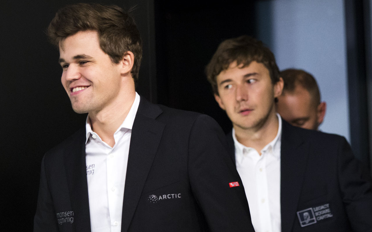 Magnus Carlsen, (L) Norwegian chess grandmaster and current World Chess Champion, arrives for a press conference after defeating Sergey Karjakin (R), Russian chess grandmaster, at the World Chess Championship on November 30, 2016 in New York. / AFP PHOTO / Eduardo Munoz Alvarez