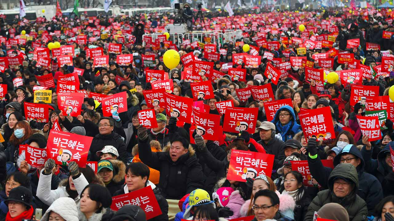 Protesters attend a rally calling for the immediate removal of South Korea's impeached President Park Geun-Hye in downtown Seoul on December 24, 2016. Tens of thousands of people were expected to gather in Seoul on December 24 for a ninth straight week to demand the immediate ouster of impeached President Park Geun-Hye, organisers said. JUNG Yeon-Je / AFP AFP / AFP