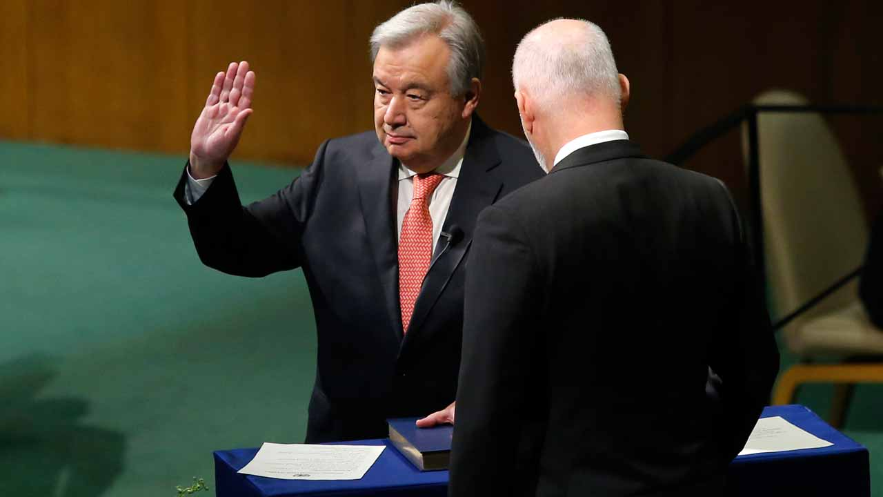 Antonio Guterres (L) is sworn in as UN secretary general during the Oath of office of the Secretary-General December 12, 2016 at the United Nations in New York. Don EMMERT / AFP