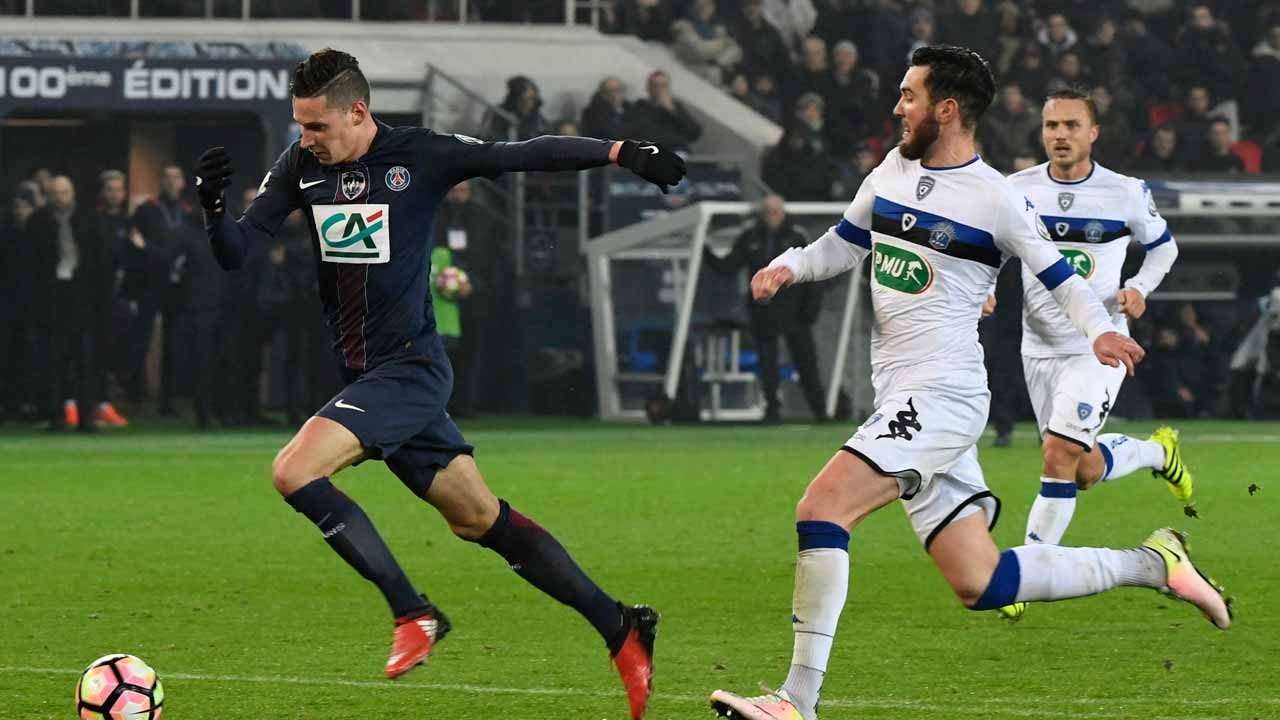 Paris Saint-Germain's German midfielder Julian Draxler (L) vies with Bastia's French defender Mathieu Peybernes during the French Cup football match between Paris Saint-Germain (PSG) and Bastia (SCB) at the Parc des Princes stadium in Paris, on January 7, 2017. PHOTO: ALAIN JOCARD / AFP