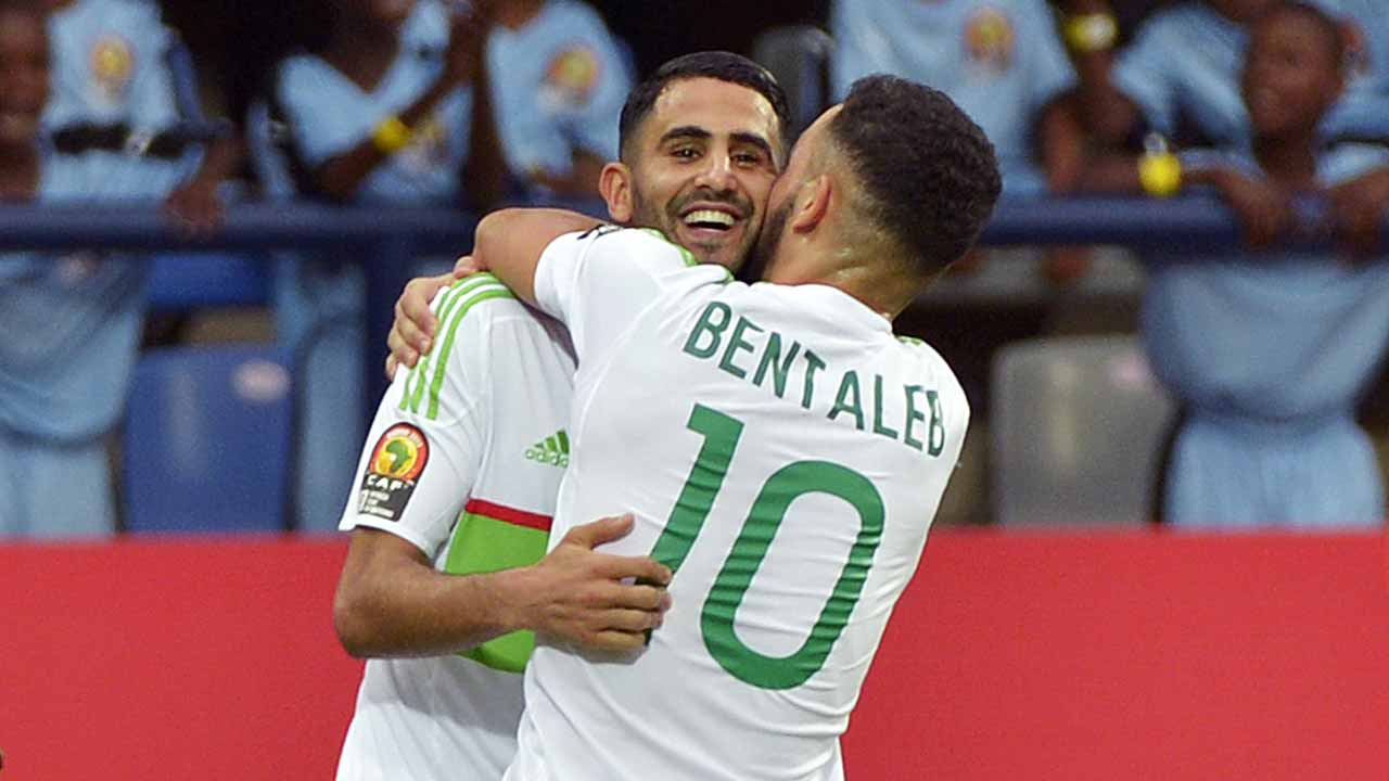 Algeria's forward Riyad Mahrez (back) celebrates with Algeria's midfielder Nabil Bentaleb after scoring a goal during the 2017 Africa Cup of Nations group B football match between Algeria and Zimbabwe in Franceville on January 15, 2017.  KHALED DESOUKI / AFP