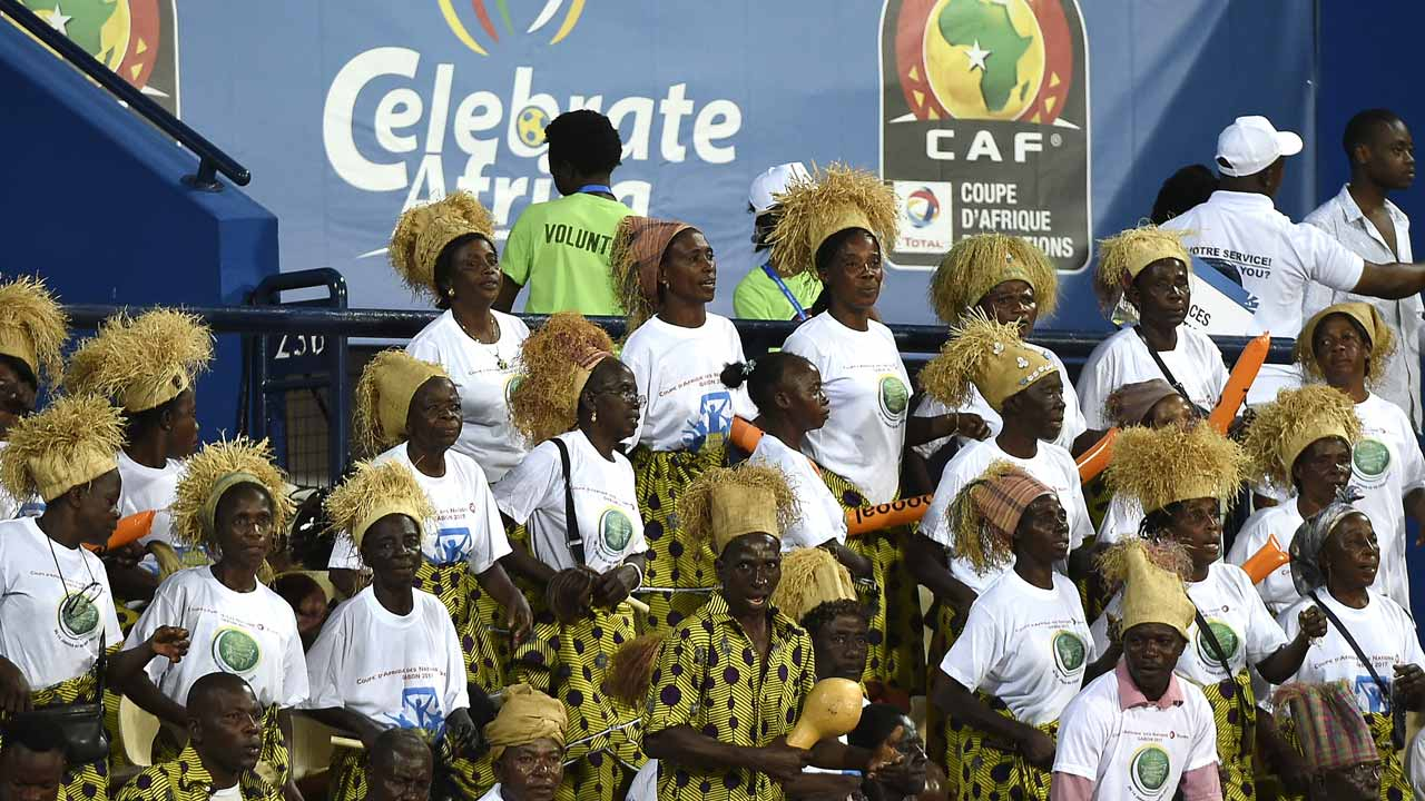 Football fans cheer during the 2017 Africa Cup of Nations group B football match between Algeria and Zimbabwe in Franceville on January 15, 2017.  KHALED DESOUKI / AFP
