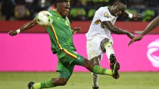 Senegal's forward Sadio Mane (R) kicks the ball past Zimbabwe's defender Onismor Bhasera during the 2017 Africa Cup of Nations group B football match between Senegal and Zimbabwe in Franceville on January 19, 2017. KHALED DESOUKI / AFP
