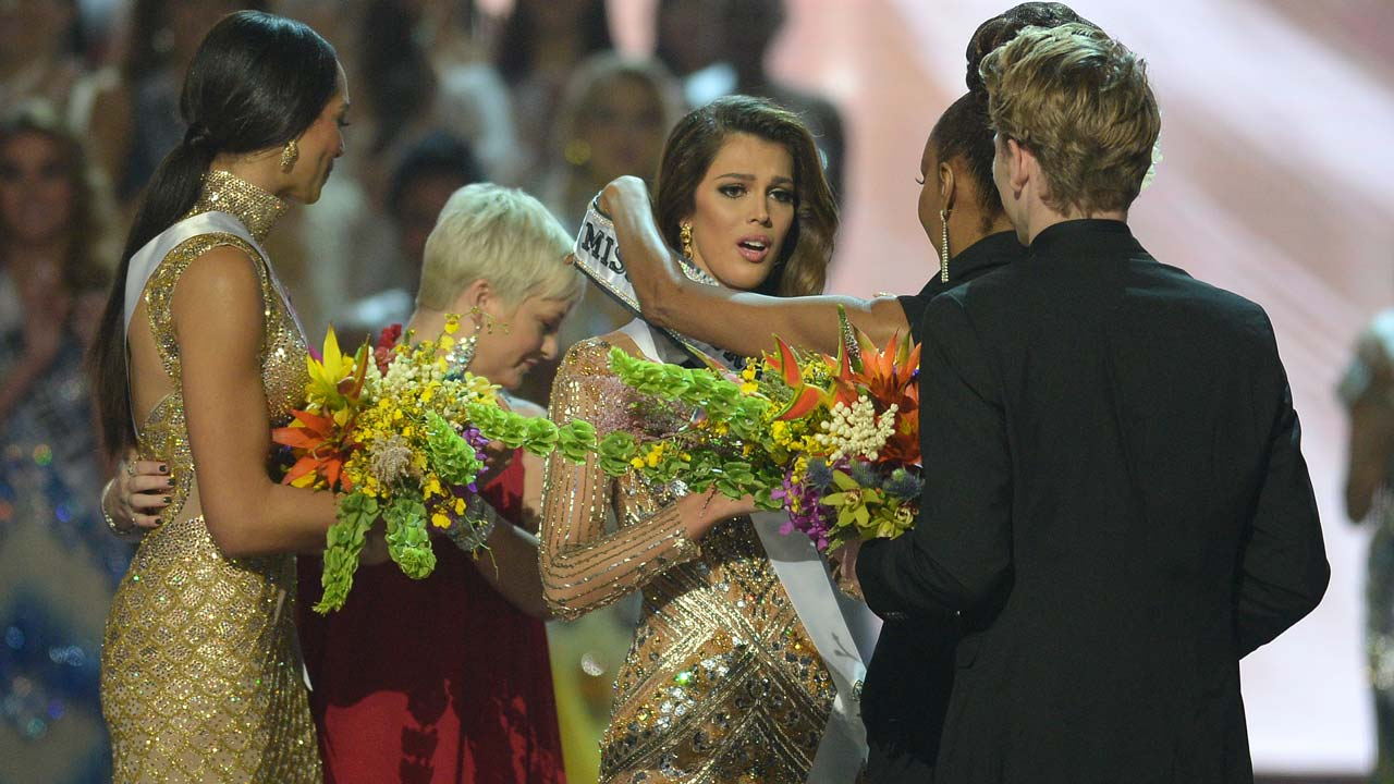 Iris Mittenaere of France (C) is crowned the winner of the Miss Universe pageant at the Mall of Asia Arena in Manila on January 30, 2017. France was crowed Miss Universe on January 30 in a glitzy spectacle free of last year's dramatic mix-up but with a dash of political controversy as finalists touched on migration and other hot-button global issues. TED ALJIBE / AFP
