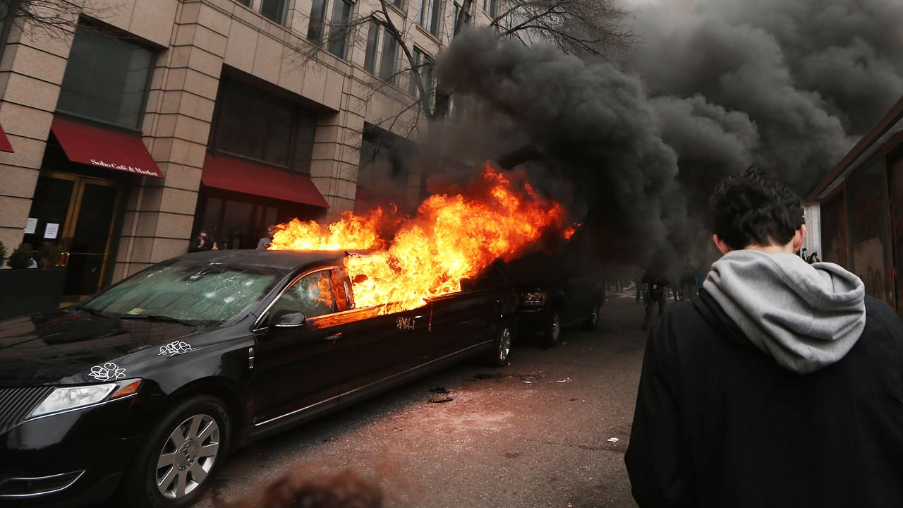 A limousine burns after being destroyed by anti-Trump protesters on K Street on January 20, 2017 in Washington, DC. While protests were mostly peaceful, some turned violent. President-elect Donald Trump was sworn-in as the 45th U.S. President today. Mario Tama/Getty Images/AFP  MARIO TAMA / GETTY IMAGES NORTH AMERICA / AFP