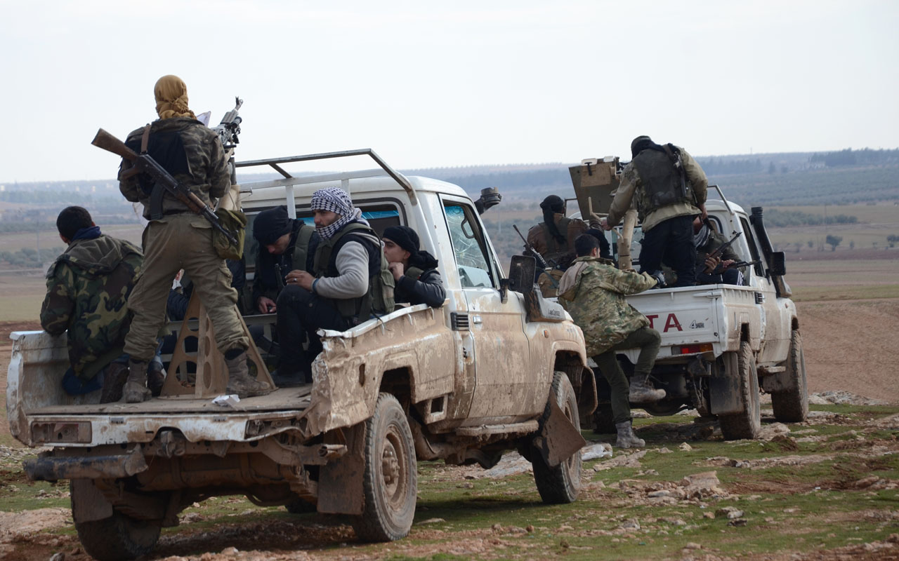 Fighters from the Free Syrian Army ride armoured pick up trucks during battles against Islamic State (IS) group jihadists near the town of Qabasin, located northeast of the city of Al-Bab, some 30 kilometres from Aleppo, on January 8, 2017. / AFP PHOTO / Nazeer al-Khatib